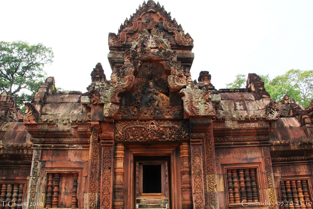 Śiva Nāṭarāja is depicted on the eastern gopura of the inner enclosure wall. Banteay Srei 8