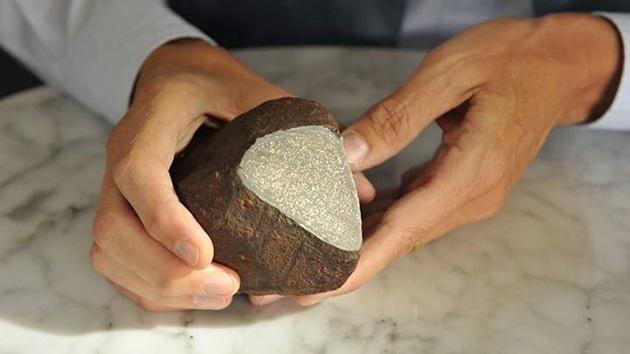 Una piedra de un jardín resulta ser un meteorito tan antiguo como el Sistema Solar