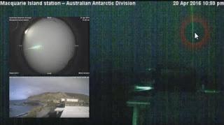 Rayo láser de gran alcance disparado hacia el espacio visto desde la isla Macquarie, Antártida