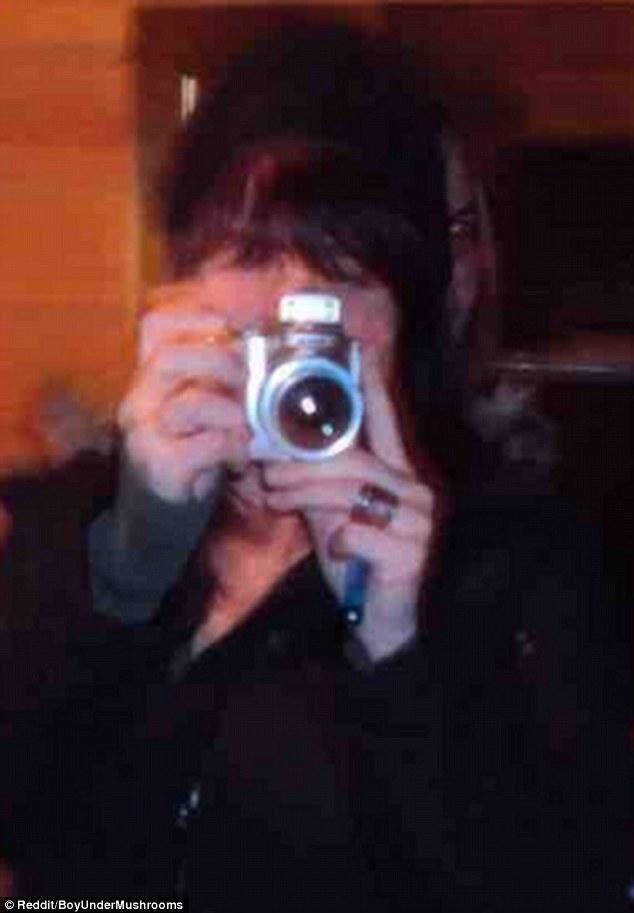 Fotografía muestra un rostro desconocido detrás de una mujer