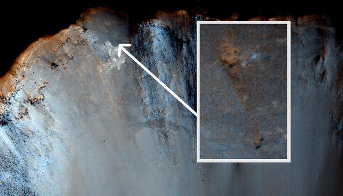 """Se trata de un esqueleto de un gigante """"Nephilim"""" en un cráter en Marte?"""