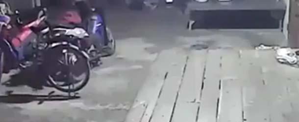 """Una Cámara de seguridad captó el momento justo en que una """"ciclista espectral"""" comienza a pedalear por sí sola"""