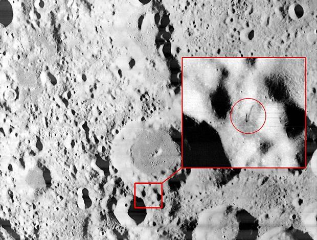 ¿Es esta una antena sobresaliendo de la superficie de la Luna?
