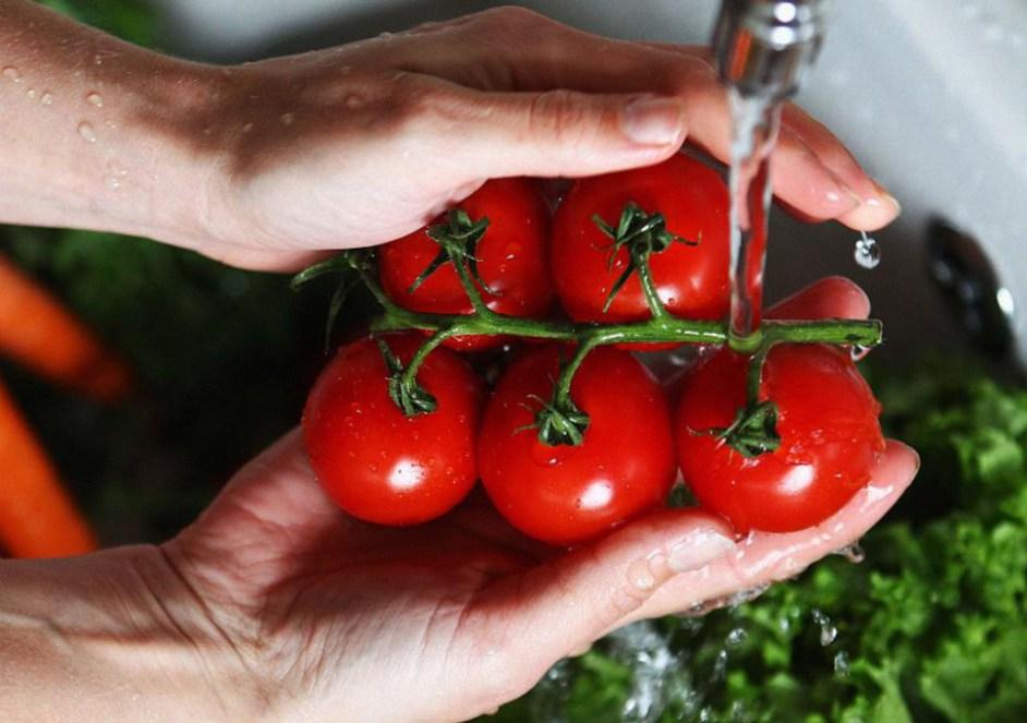 Afirman que 500 pesticidas continúan en frutas y verduras incluso luego de ser lavadas y peladas