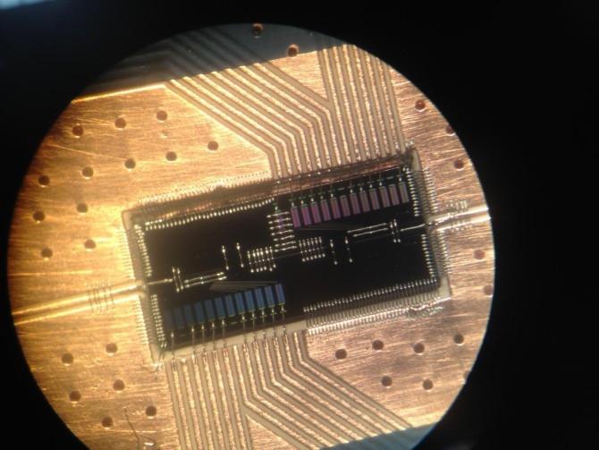 Sistema fotón-electrón de computación cuántica usando silicio