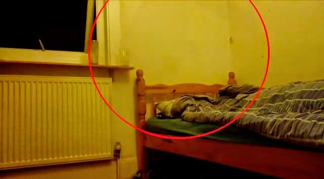 Graban una figura oscura durante una parálisis del sueño