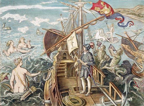 ¿Existen las sirenas? Cristobal Colón parado en su barco, donde se observan sirenas y otras critaturas mitológicas (Foto: Bettmann/Getty)