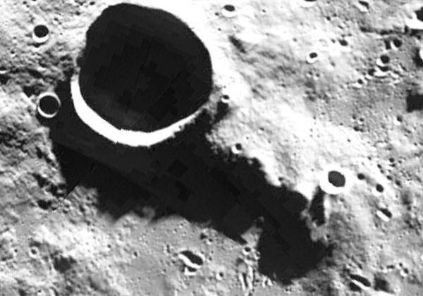 Grandes estructuras escondidas en las sombras de la cara oculta de la luna y en las regiones polares