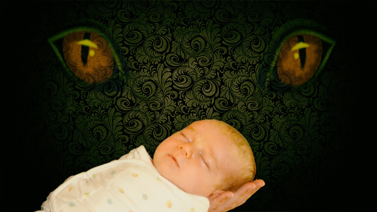 Madre descubre extraña presencia junto a su bebe