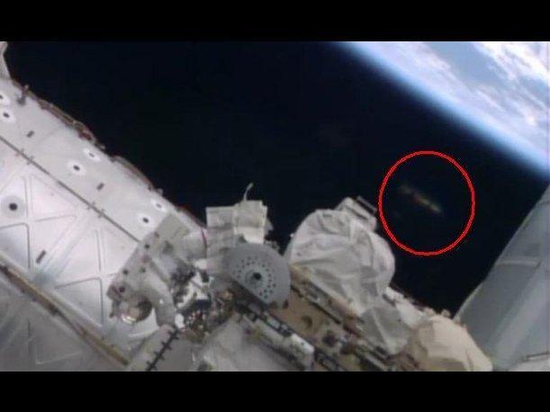 Avistan un objeto misterioso en un vídeo de la caminata espacial de la EEI