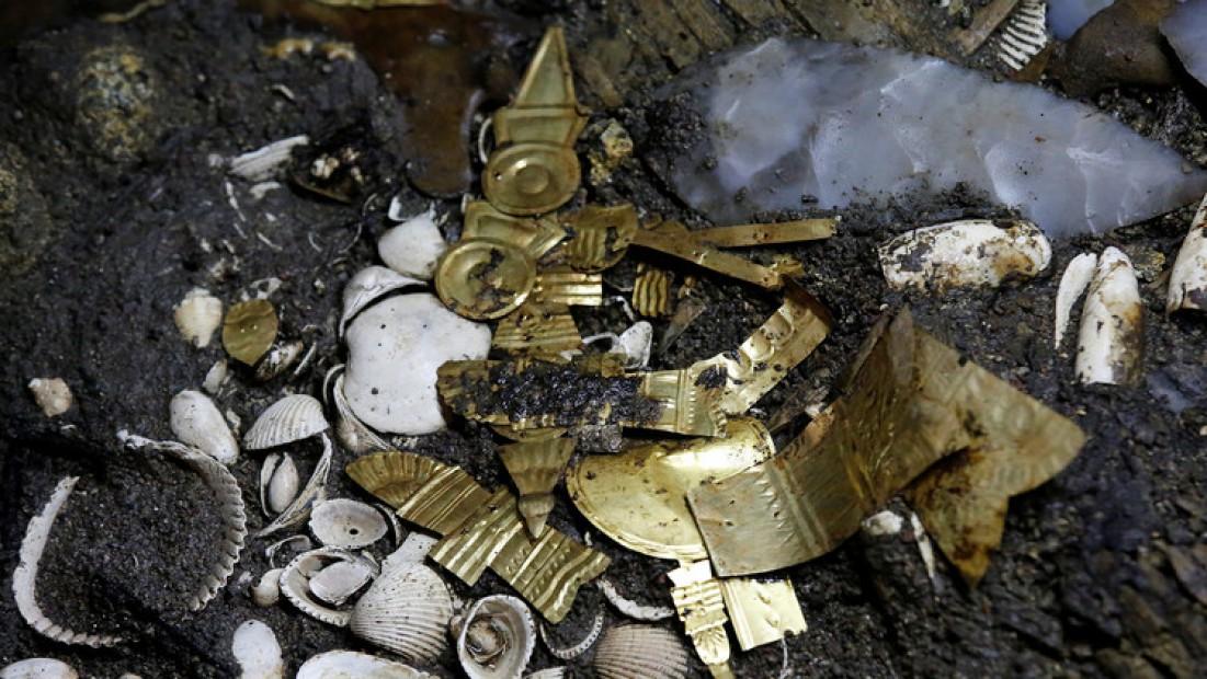 Hallan restos de un lobo rodeado de oro en México – Extraño Sacrificio