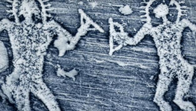 Tallados en los Alpes centrales muestran antiguos astronautas extraterrestres.