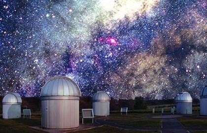 Una enana roja se escondía en el polvo de una conocida estrella gigante