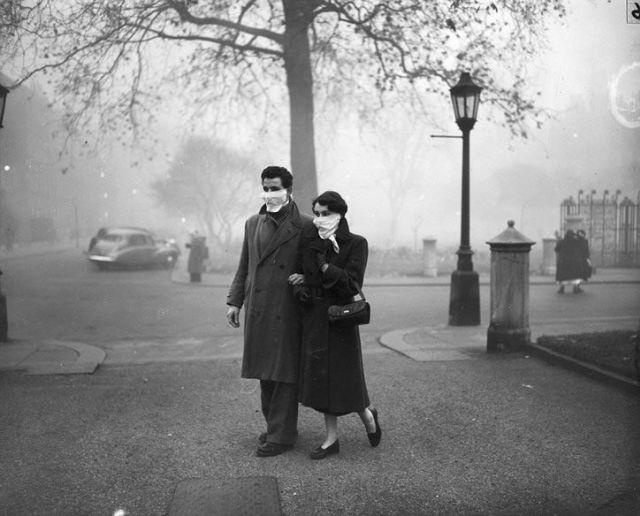 Joven pareja caminando en la gran niebla londres 1952
