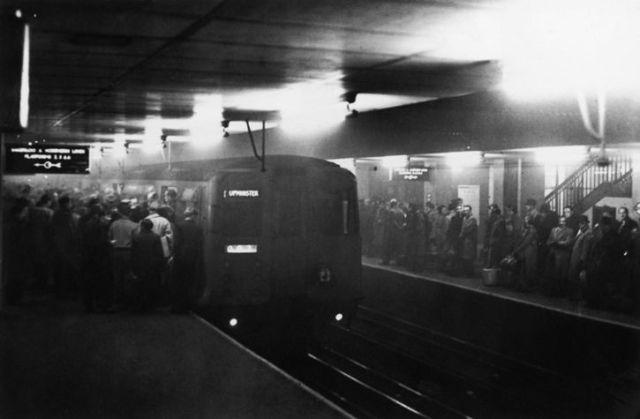 Metro abarrotado en londres gran niebla 1952