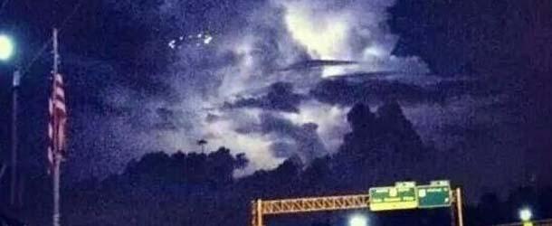 Numerosos testigos avistan un espectacular OVNI en Houston