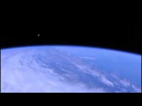 ¿OVNI vigilando la Estación Espacial Internacional o solo un reflejo?