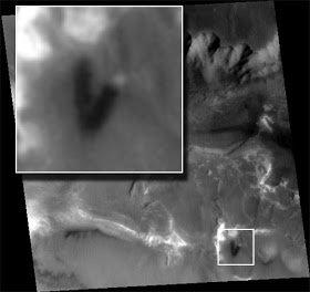 """Resultado de imagen de Una de las imágenes más fascinantes, en la foto, muestra un tubo de crucería o la estructura de un túnel. Parcialmente cubierto por la superficie del terreno, la estructura parece que a través de ella se ha descubierto. Por algún proceso geológico. La estructura se asemeja a los llamados """"gusanos de cristal"""" descubierto en otras fotos, aunque éste carece de la """"transparencia""""de los gusanos."""