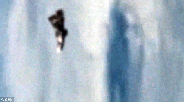Es Este Misterioso Objeto Flotando Sobre La Tierra Un Ovni? Imagenes De ExtrañA Nave Cerca De La Estacion Espacial Deja A Los Espectadores Desconcertados