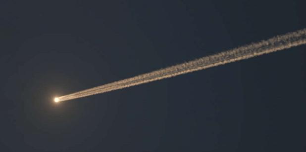 Un objeto no identificado se dirige velozmente hacia la tierra