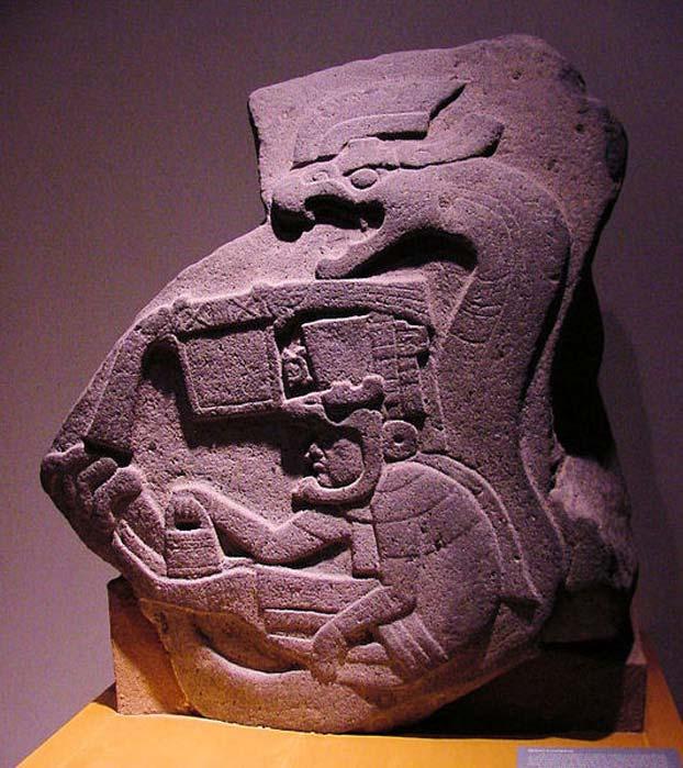 Fotografía de Estela 19 de La Venta, la representación más antigua conocida de la Serpiente Emplumada en Mesoamérica. (Audrey and George Delange)