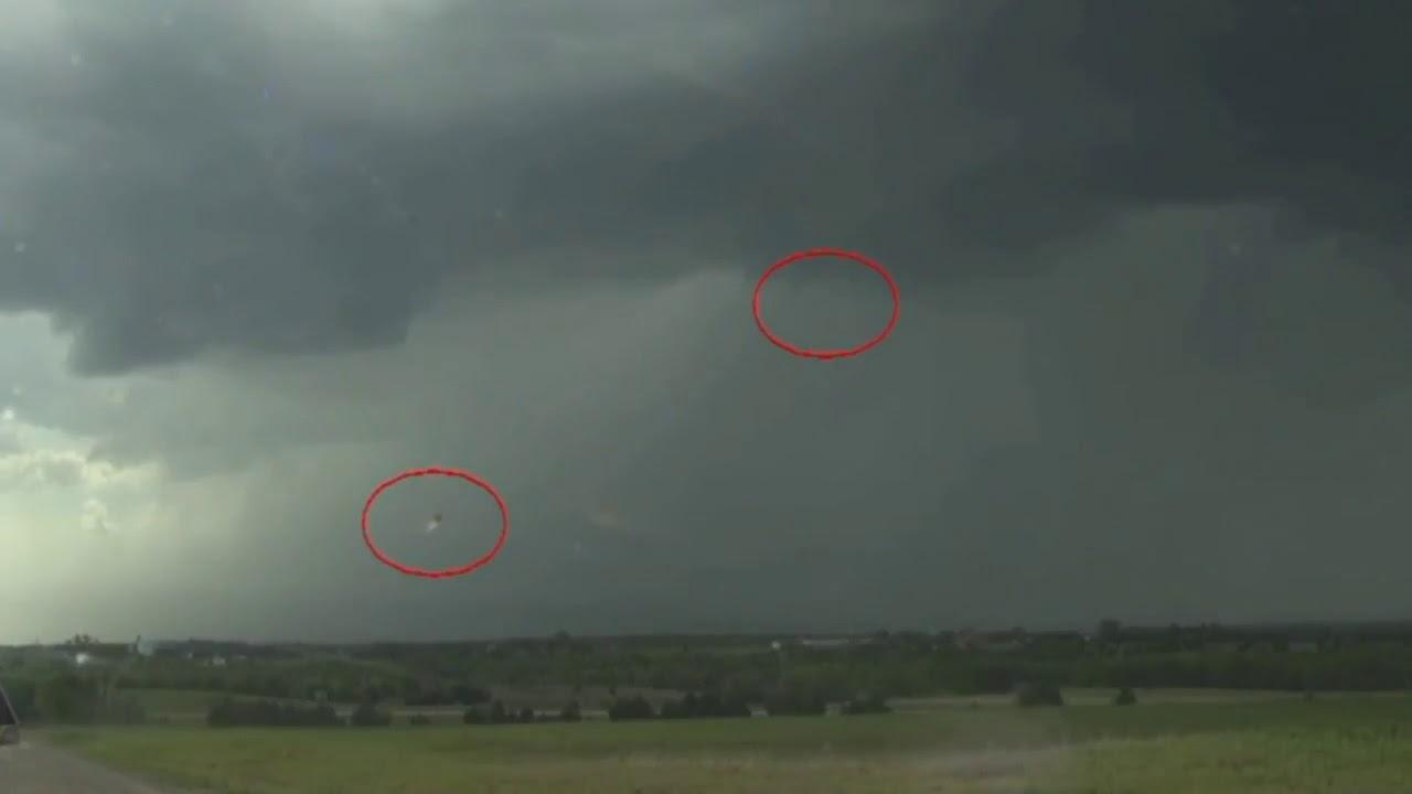 ¡Ovnis absorben energía de tormenta durante un informe meteorológico en vivo!