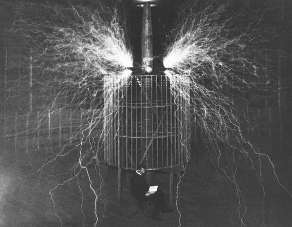 Entrevista a Nikola Tesla en 1915: «El hombre que produce descargas eléctricas que se asemejan a rayos»