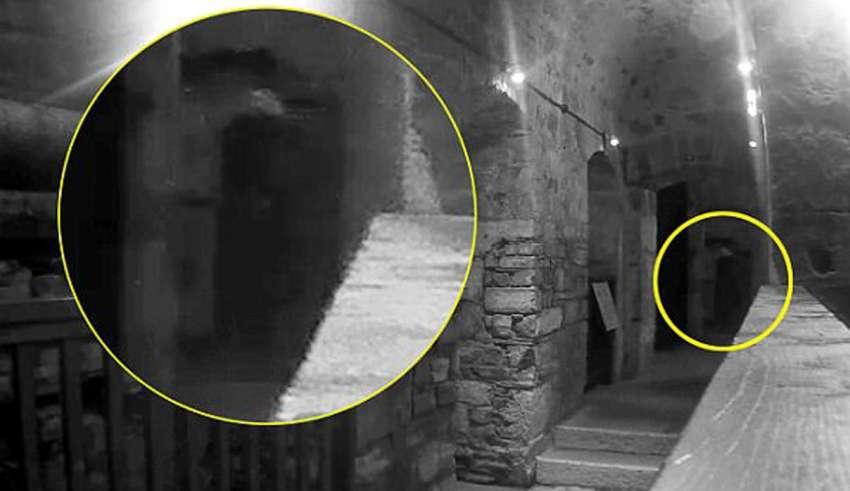 Matrimonio graba la macabra figura fantasmal de un hombre ahorcado en una de las cárceles más embrujadas del Reino Unido