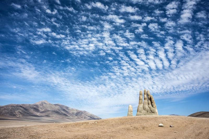 La mano de un gigante que sobresale del desierto de Atacama en Chile