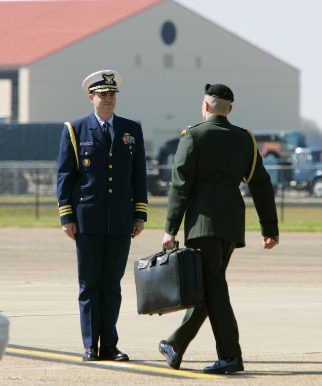 Presidente americano no tiene un botón rojo, pero tiene este maletín con los códigos para lanzar un ataque nuclear sobre cualquier parte del planeta