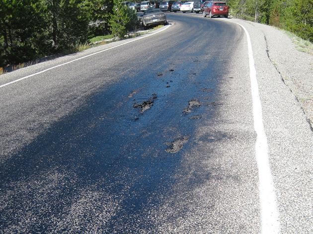 Cierran accesos al parque Yellowstone porque el supervolcán convierte el asfalto en