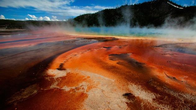 Cierran accesos al parque Yellowstone porque el supervolcán convierte el asfalto en «sopa»