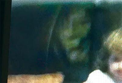 Padres conmocionados al ver el fantasma de una bruja al lado de su hija en una fotografía