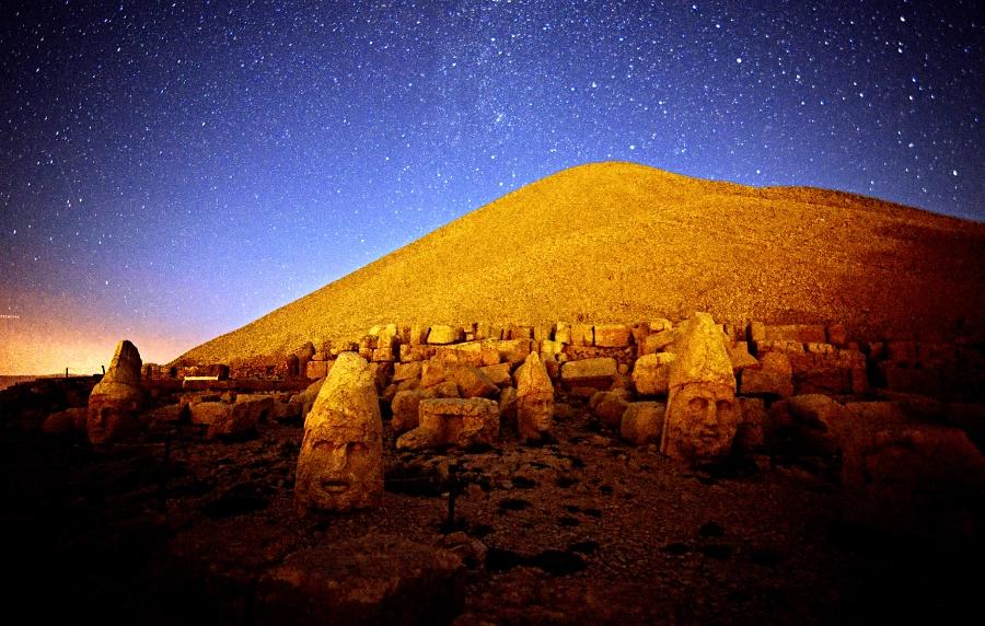 15182362139443934408271318873852 - Las cabezas de piedra megalítica del Monte Nemrut y la puerta del cielo