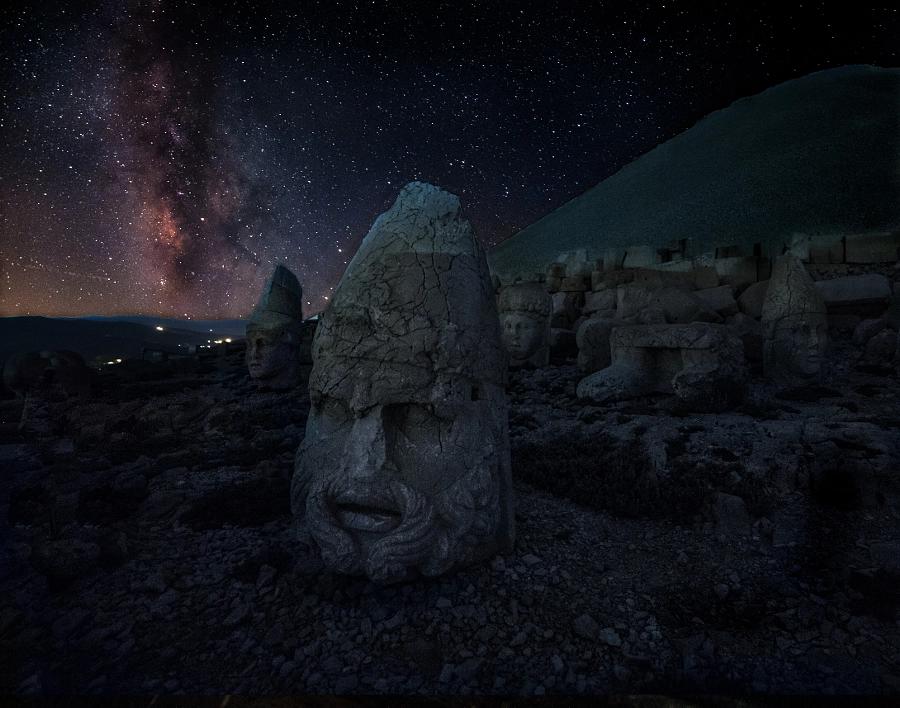 15182362214413648226610526280466 - Las cabezas de piedra megalítica del Monte Nemrut y la puerta del cielo