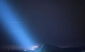 Extraños rayos azules de luz en el cielo sobre Hawaii