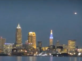 Ovni gigante brillante sobre Cleveland