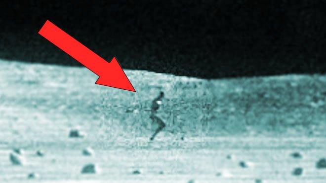 """Antiguo piloto de la CIA: """"Hay millones de alienígenas viviendo en la Luna"""""""