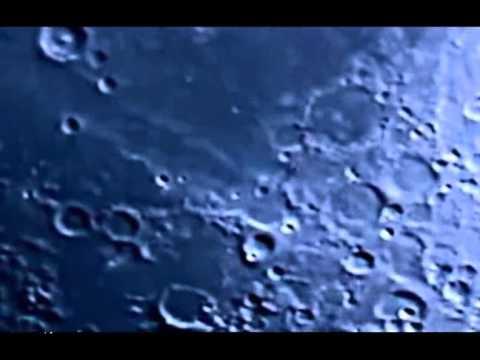 Ufos sobre la superficie lunar.