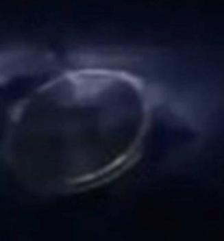 Durante una tormenta eléctrica en el cielo sobre los EE. UU. Observó un extraño objeto en las nubes