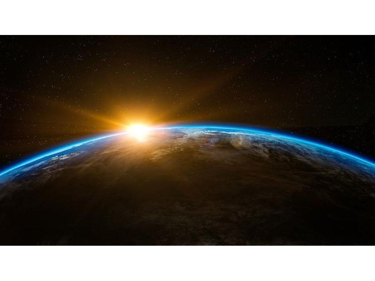 ¿Por qué el campo magnético terrestre se mueve hacia el oeste?