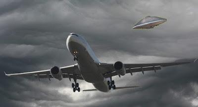 Aviones comerciales esquivan a OVNIS a menudo, afirma ex oficial de defensa de Reino Unido
