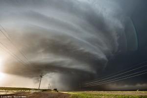 """Impresionante y sospechosa nube-ovni se posó sobre el """"Área 51"""""""