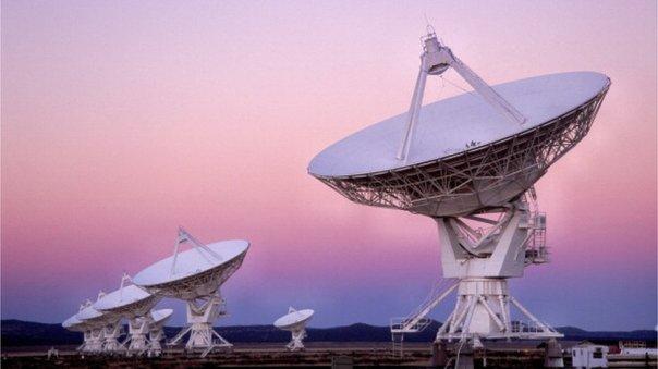 """Qué son los """"ataques ciberfísicos"""" y cómo pueden convertir las antenas satelitales en armas de microondas"""