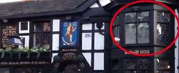 Un turista graba una presencia fantasmal en una ventana del pub más embrujado del Reino Unido