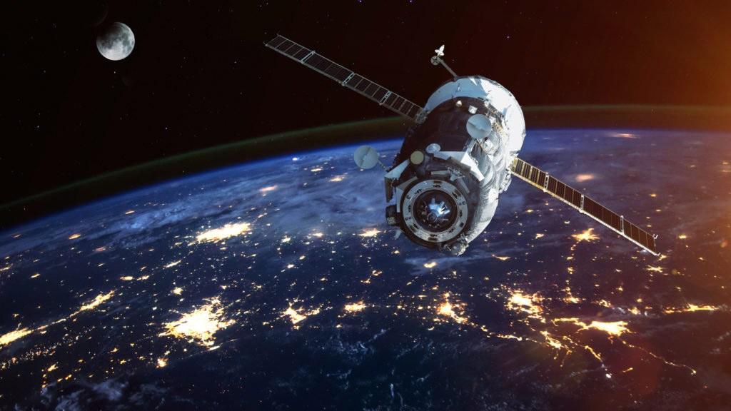 Un satélite alienígena está en órbita retrógrada alrededor de la Tierra