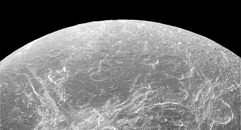 Los astrónomos encuentran unas misteriosas rayas en la superficie del satélite saturnino (foto)