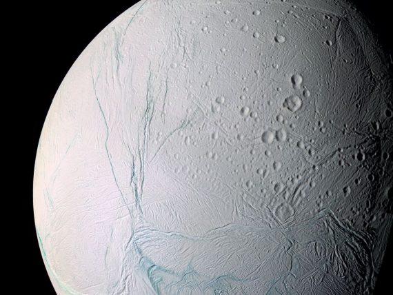 La NASA firma un acuerdo con el multimillonario Yuri Milner para buscar vida en la Luna de Saturno Encelado
