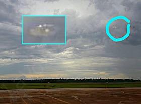 Misteriosa presencia fotografiada sobre el aeropuerto de Iguazú, Argentina.
