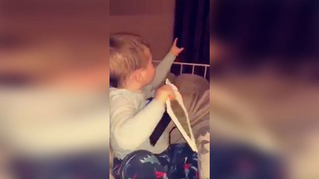 Está este niño viendo a su padre muerto?